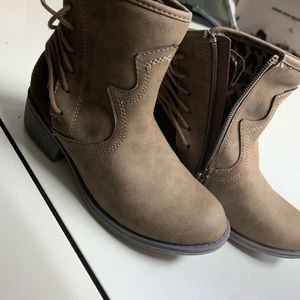 Steve Madden youth boots. NWOT. Brown.sz13
